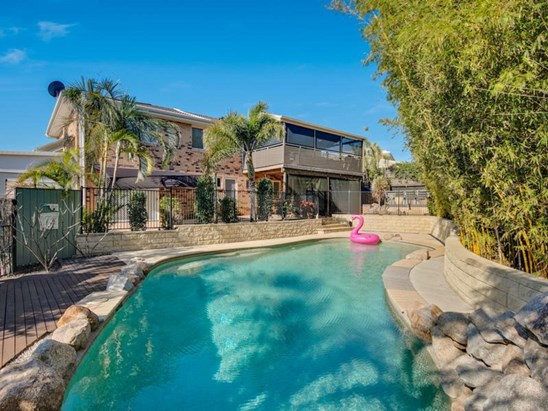 WALK TO THE WATERFRONT - FANTASTIC BUY! 807M2